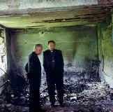Ljudi u spaljenoj župnoj kući
